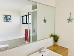 A bathroom at DAYDREAMING Airlie Beach, Water views & only 200m to boardwalk.