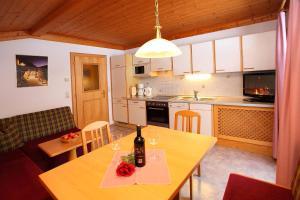 Küche/Küchenzeile in der Unterkunft Ferienwohnung/Apartment Erna Prommegger