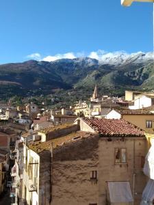Vista generica sulle montagne o vista sulle montagne dall'interno dell'appartamento