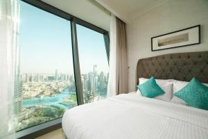 A bed or beds in a room at Yanjoon Holiday Homes - Burj Vista Apartments