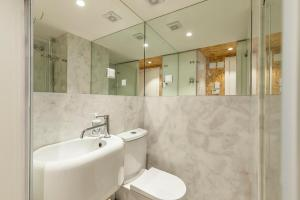 A bathroom at Plywood one-bedroom in Lapa!