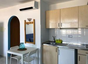 A kitchen or kitchenette at Aparthotel Flats Friends Tropicana