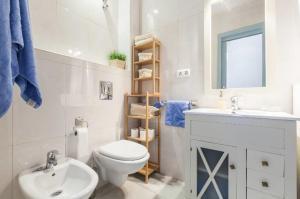 A bathroom at APARTAMENTO. CENTRO. SAN VICENTE. PARKING.