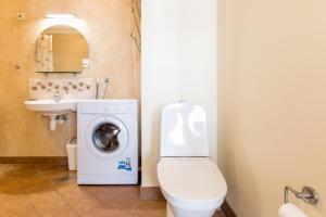 A bathroom at Romeo Family Uus Apartments