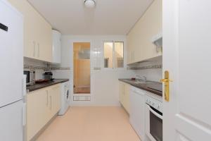 A kitchen or kitchenette at Apartment Lirio Casares Golf Canovas