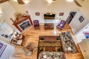 Χώρος καθιστικού στο Mansion In The Smokies: Views, Basketball, Minigolf, Firepit Estate