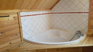 A bathroom at Les Chalets Du Queyras