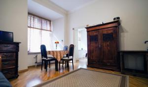 TV tai viihdekeskus majoituspaikassa Sunny apartment next to Alexander Nevsky Cathedral