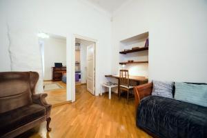 Oleskelutila majoituspaikassa Sunny apartment next to Alexander Nevsky Cathedral