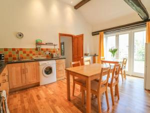 A kitchen or kitchenette at Forge Cottage