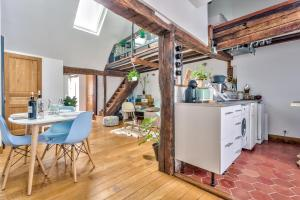 A kitchen or kitchenette at Lovely Cocoon in the Heart of Paris - An Ecoloflat