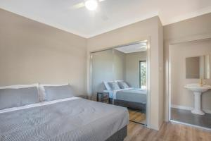 A bed or beds in a room at Paxton Paradise