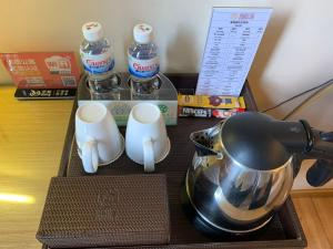 Coffee and tea-making facilities at Guangzhou Baiming Fangyuan ApartHotel