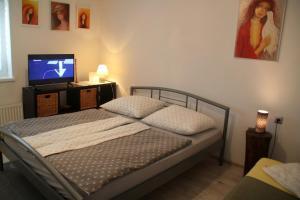 Een bed of bedden in een kamer bij Domček u Komorníka