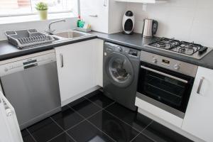 Cuisine ou kitchenette dans l'établissement White Willow Serviced Accommodation