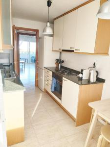 A kitchen or kitchenette at tarragonaapartments Fortuny Reus