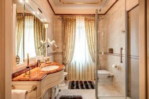 A bathroom at Domus Vittoria - The Luxury Quintessence