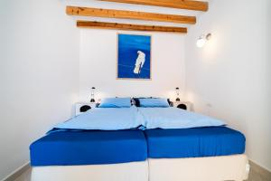 A bed or beds in a room at Calmness Apartment Old Town