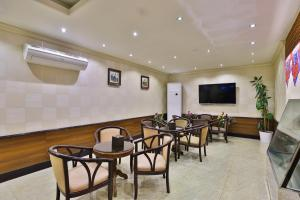 A restaurant or other place to eat at OYO 240 Roshan Gulf Hotel Suites