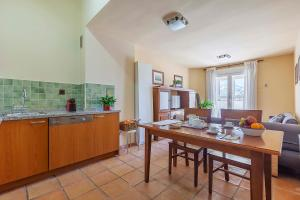 A kitchen or kitchenette at Apartamentos Galatino
