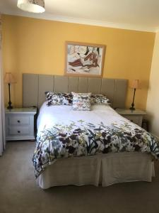 A bed or beds in a room at Acorn Cottage