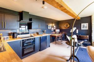 A kitchen or kitchenette at Romantic Cotswolds Holiday Home in Radcot