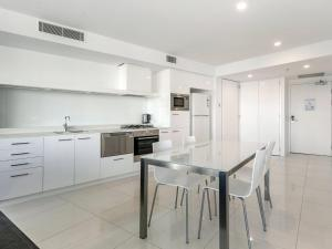 A kitchen or kitchenette at Iconic Q Surfers Paradise 1 Bedroom