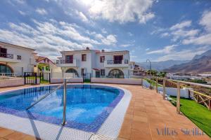 Het zwembad bij of vlak bij Villas Sicilia