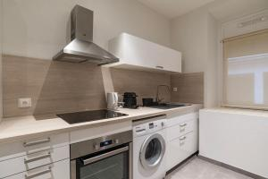 A kitchen or kitchenette at CityCosy Strasbourg - Modern Family Deserte