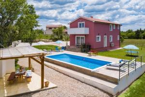 Kolam renang di atau dekat dengan Villa May