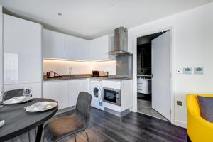 A kitchen or kitchenette at Dockside Apartments at Excel