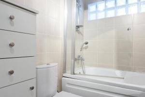 Un baño de Aslan Apartments