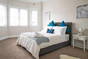 A bed or beds in a room at Pelicanstay Walk to Bondi Beach