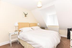 A bed or beds in a room at Willow Court, 19 Double Street, Spalding - 1 Bedroom Apartment