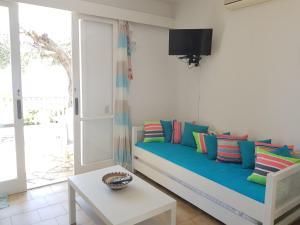 Een zitgedeelte bij Corfu Glyfada Menigos Beach Apartments