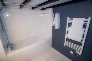 A bathroom at La Noctambulle Cathédrale