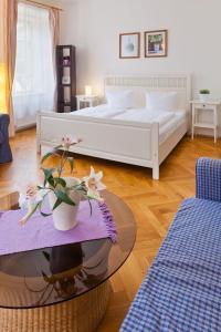 Ein Bett oder Betten in einem Zimmer der Unterkunft Charles Bridge Apartments