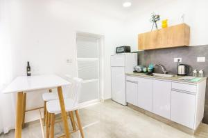 A kitchen or kitchenette at The suite
