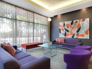 A seating area at Adina Apartment Hotel Melbourne Flinders Street