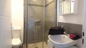 A bathroom at T1 Bis Lumineux