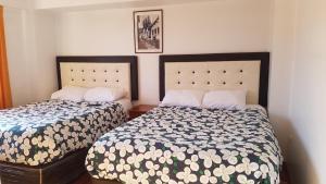 سرير أو أسرّة في غرفة في tawantisuyo 2