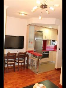 Una televisión o centro de entretenimiento en Precioso Apartamento a primera linea Playa