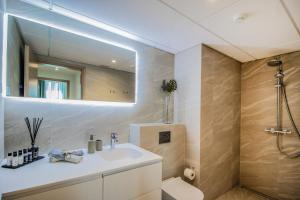 A bathroom at LUXURY & BRAND NEW APARTMENT, close to Tallinn Zoo