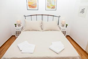 A bed or beds in a room at Spacious & Luminous 2nd Floor Apt. 5mins To The Beach