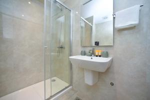 A bathroom at Luxury Fontana Apartments