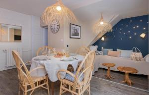 A restaurant or other place to eat at Appartements & Spa de la Marine Loire