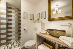 A bathroom at Appartements & Spa de la Marine Loire