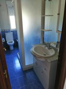 Un baño de Teos Apartment