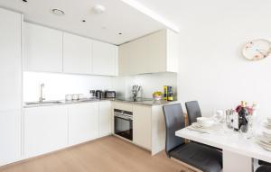 A kitchen or kitchenette at Platinum Apartments next to O2 Arena
