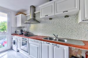A kitchen or kitchenette at 67m² for 4 with parking!